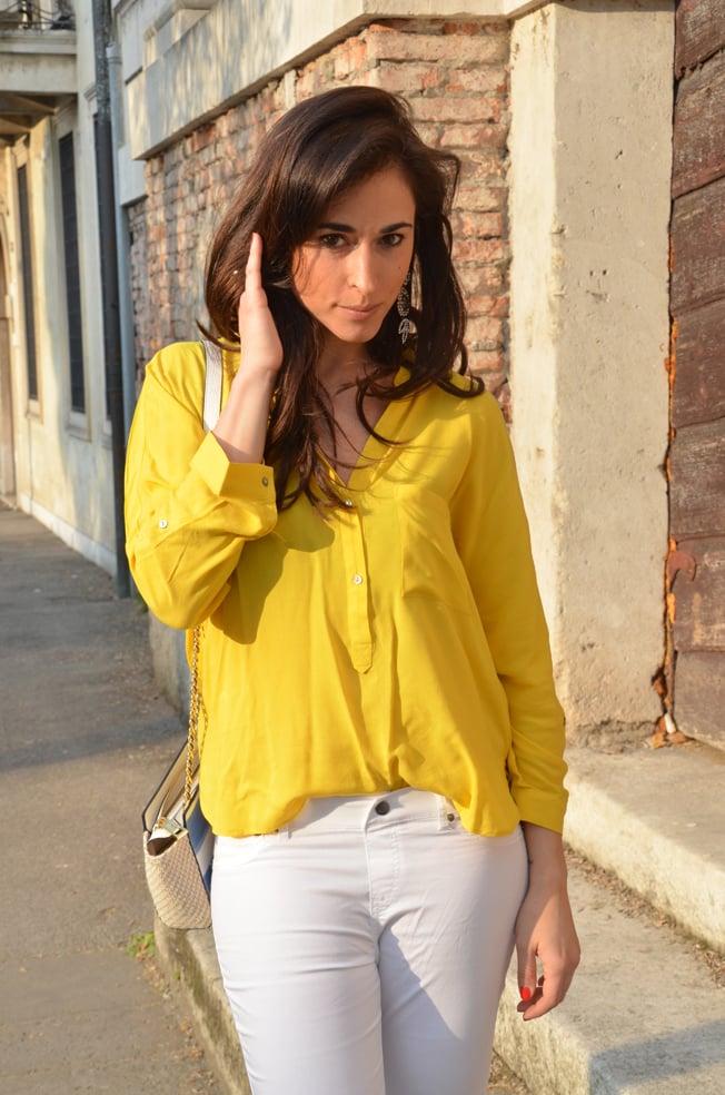 look-camicia-gialla-pantaloni-bianchi