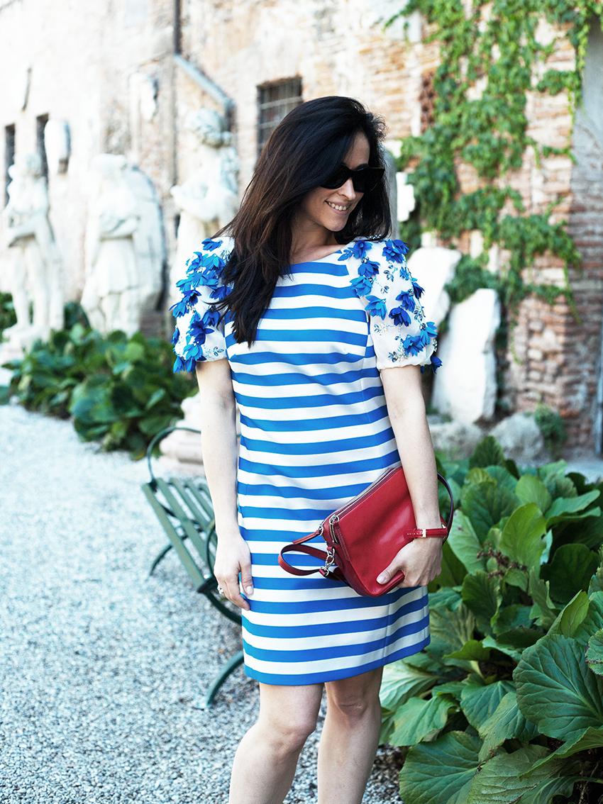 outfit-alessia-canella-vestito-righe-bianche-azzurre-orologio-parigi-borsa-fossil-vestito-mariagrazia-severi-teatro-olimpico-anelli-sagapo-stripes-dress