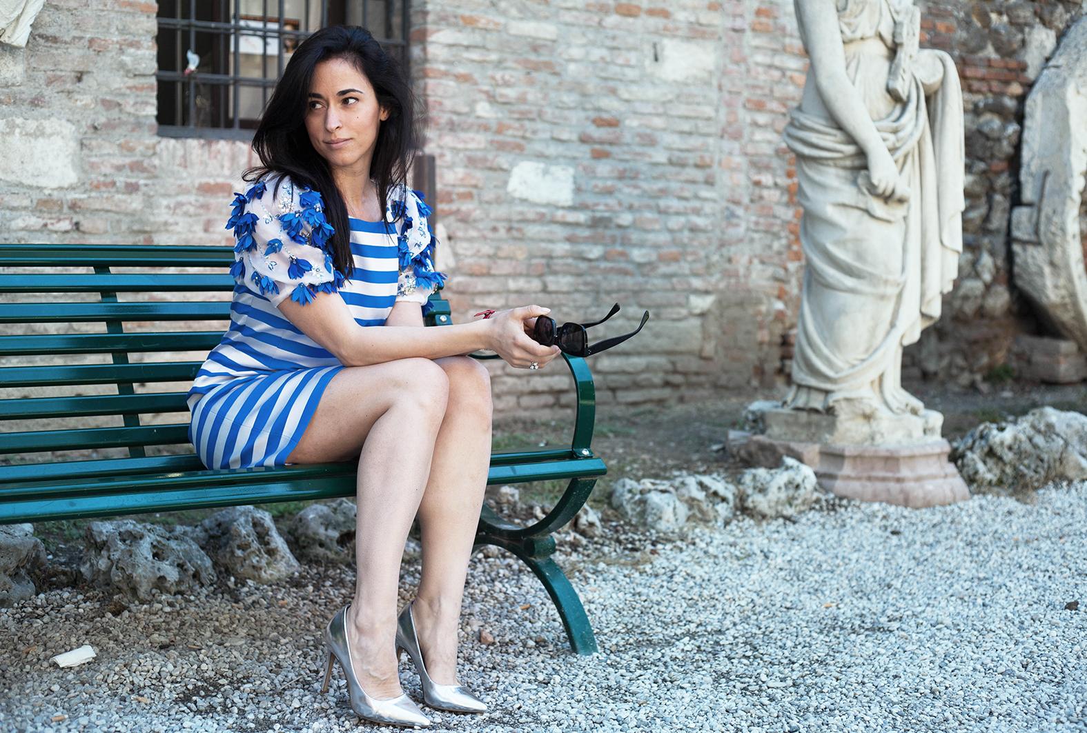 outfit-alessia-canella-vestito-righe-bianche-azzurre-orologio-parigi-borsa-fossil-vestito-mariagrazia-severi-teatro-olimpico-anelli-sagapo