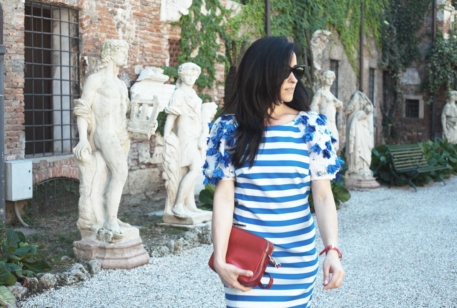 outfit-alessia-canella-vestito-righe-bianche-azzurre-orologio-parigi-borsa-fossil-vestito-mariagrazia-severi