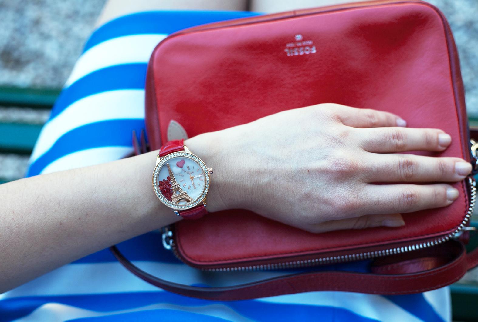 outfit-alessia-canella-vestito-righe-bianche-azzurre-orologio-parigi