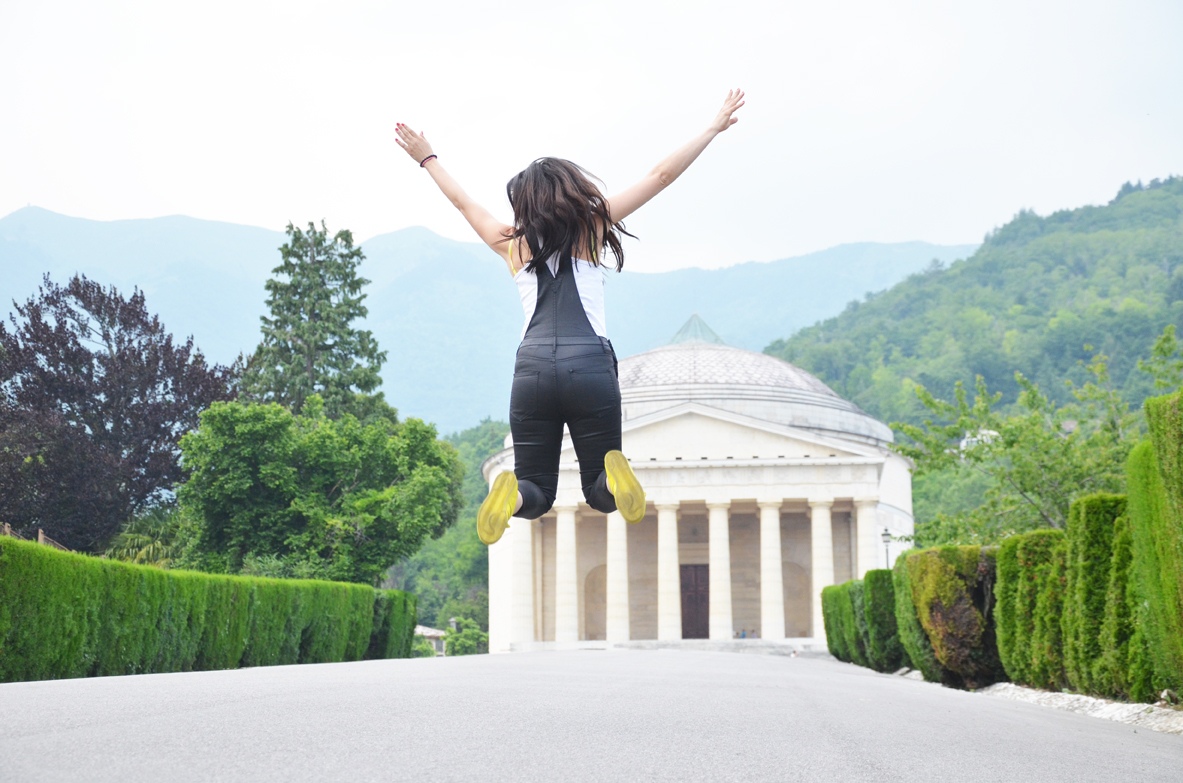 ragazza-salta-salto-jump
