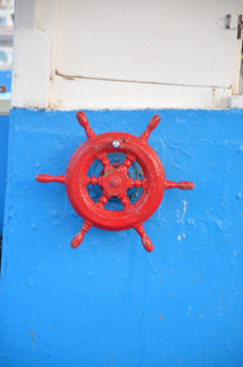 timone-rosso-barca-legno
