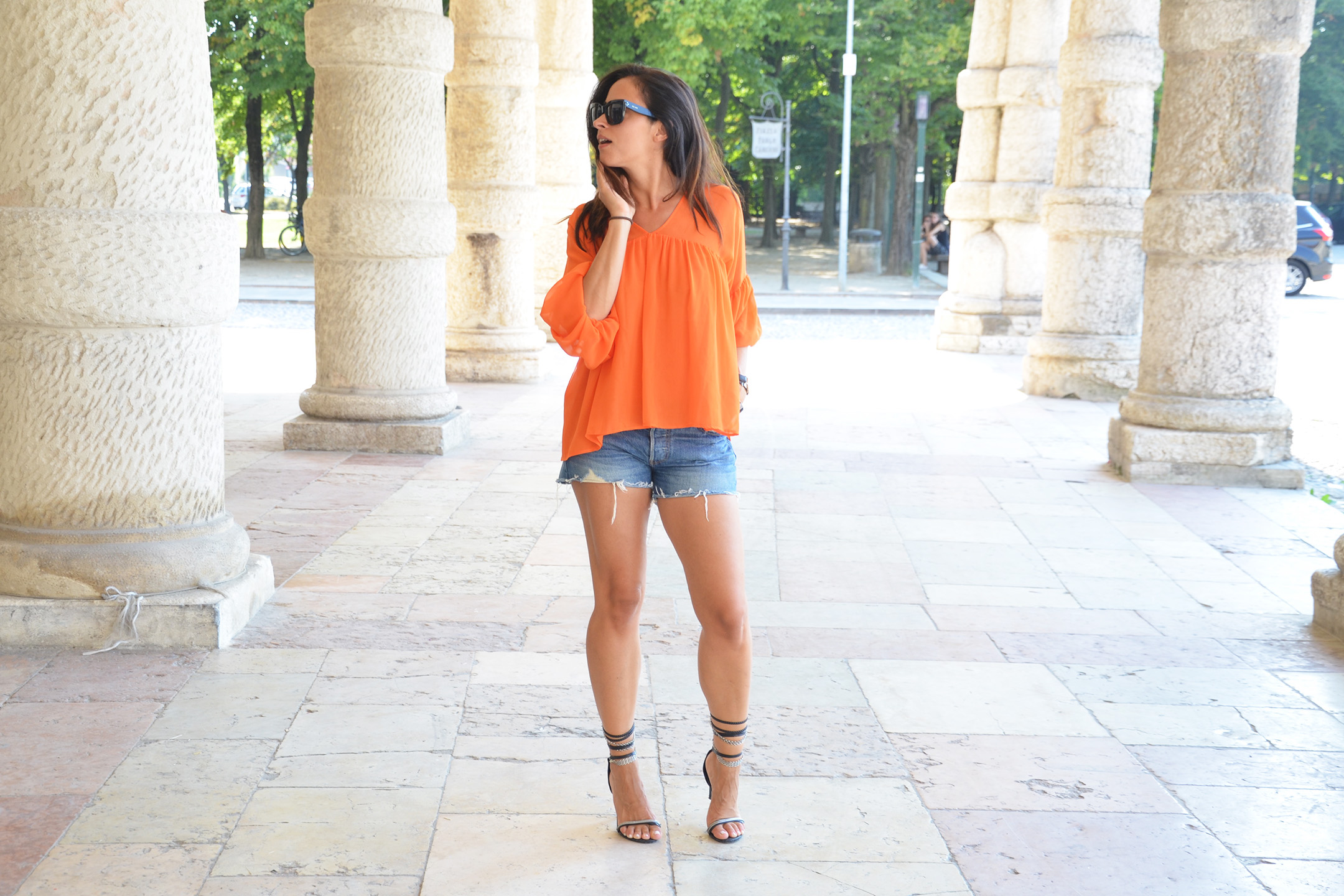 look-alessia-canella-shorts-blusa-arancio-jeans-outfit