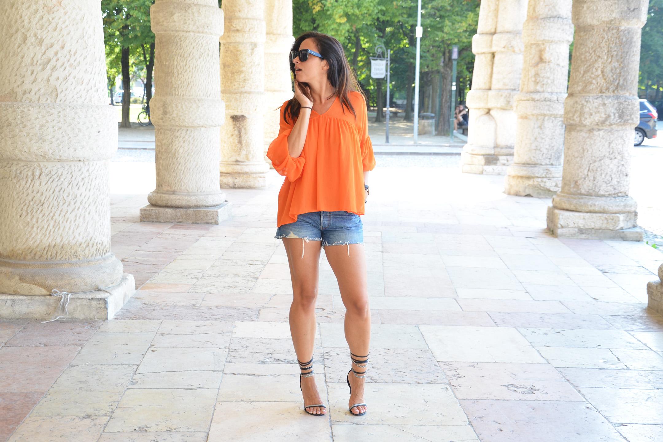 look-alessia-canella-shorts-blusa-arancio-jeans-outfit