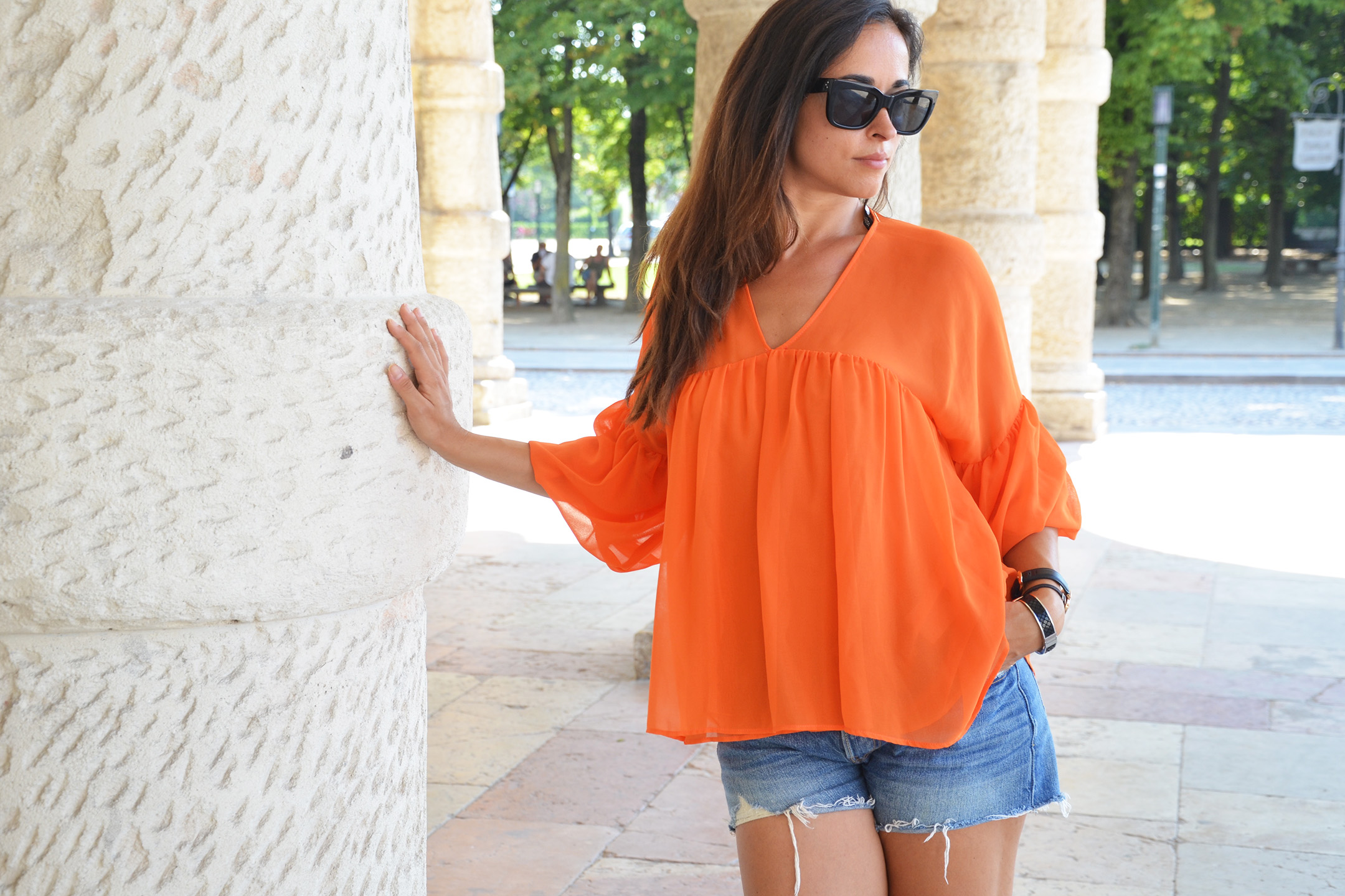 look-alessia-canella-shorts-blusa-arancio-organge