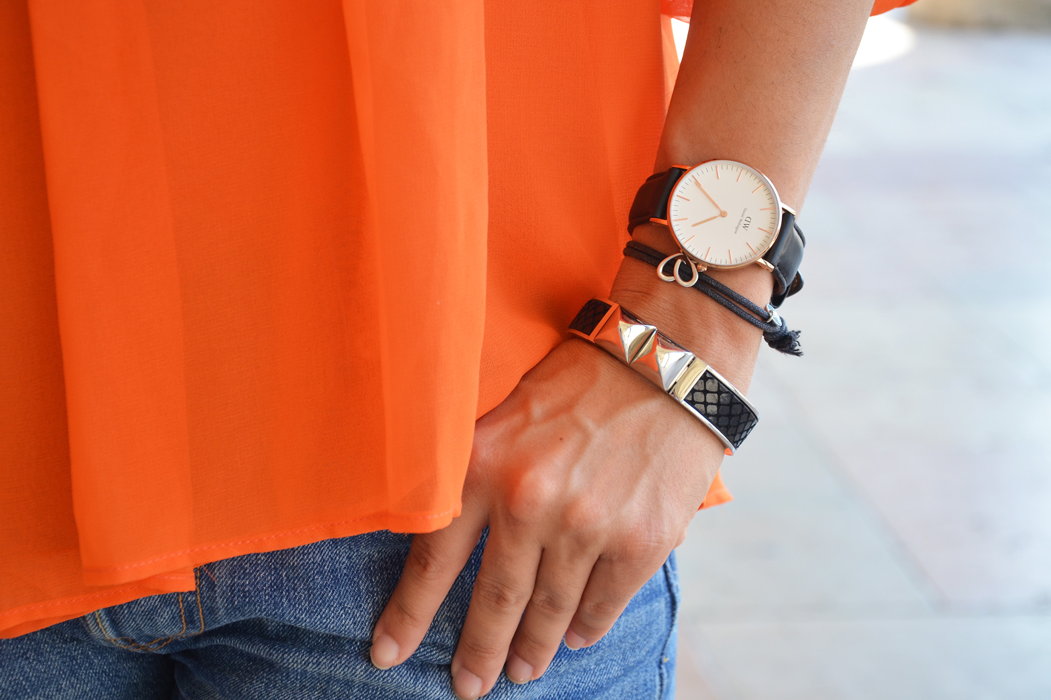 look-alessia-canella-shorts-blusa-arancio-watch