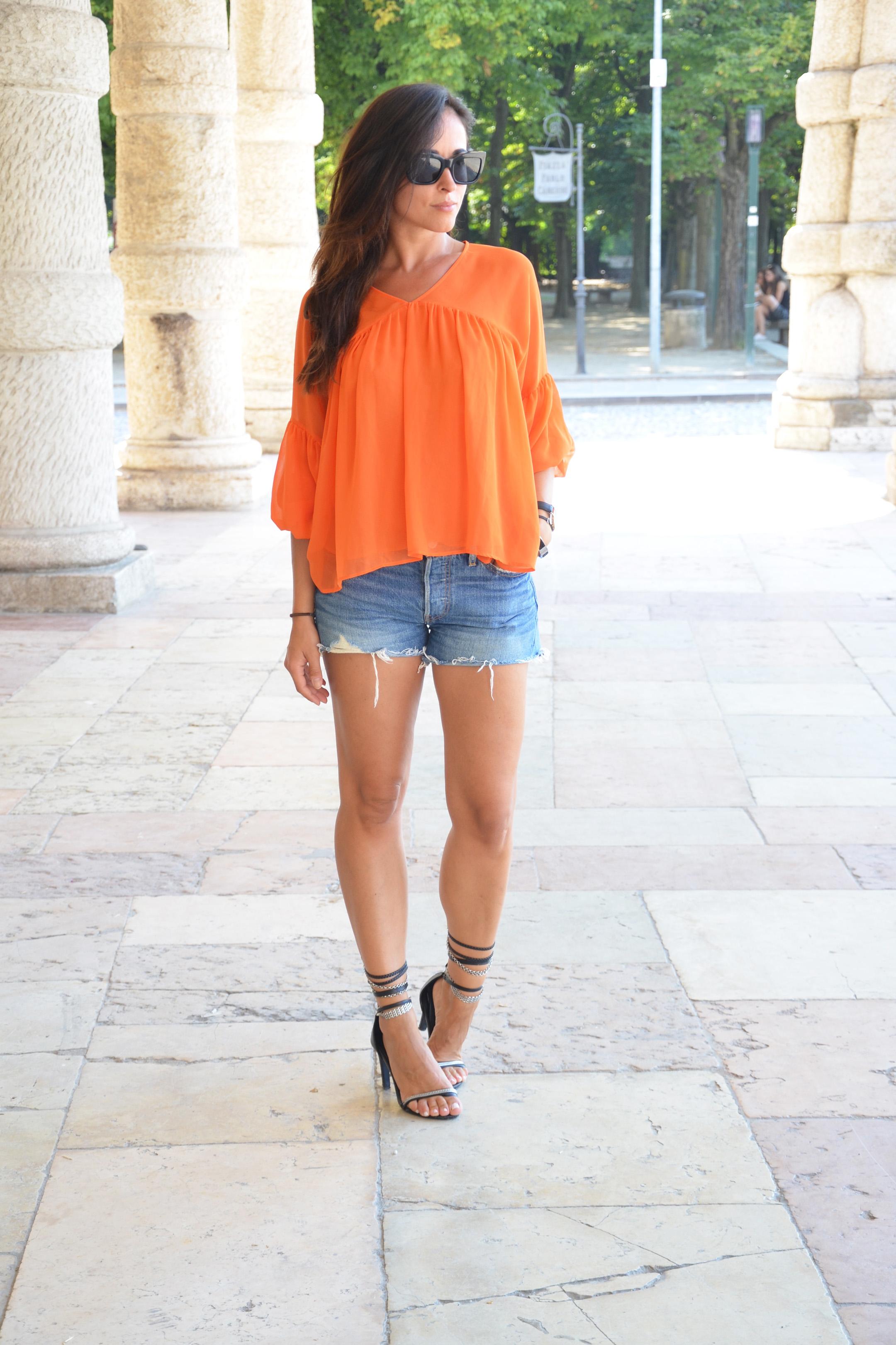 look-alessia-canella-shorts-blusa-arancio