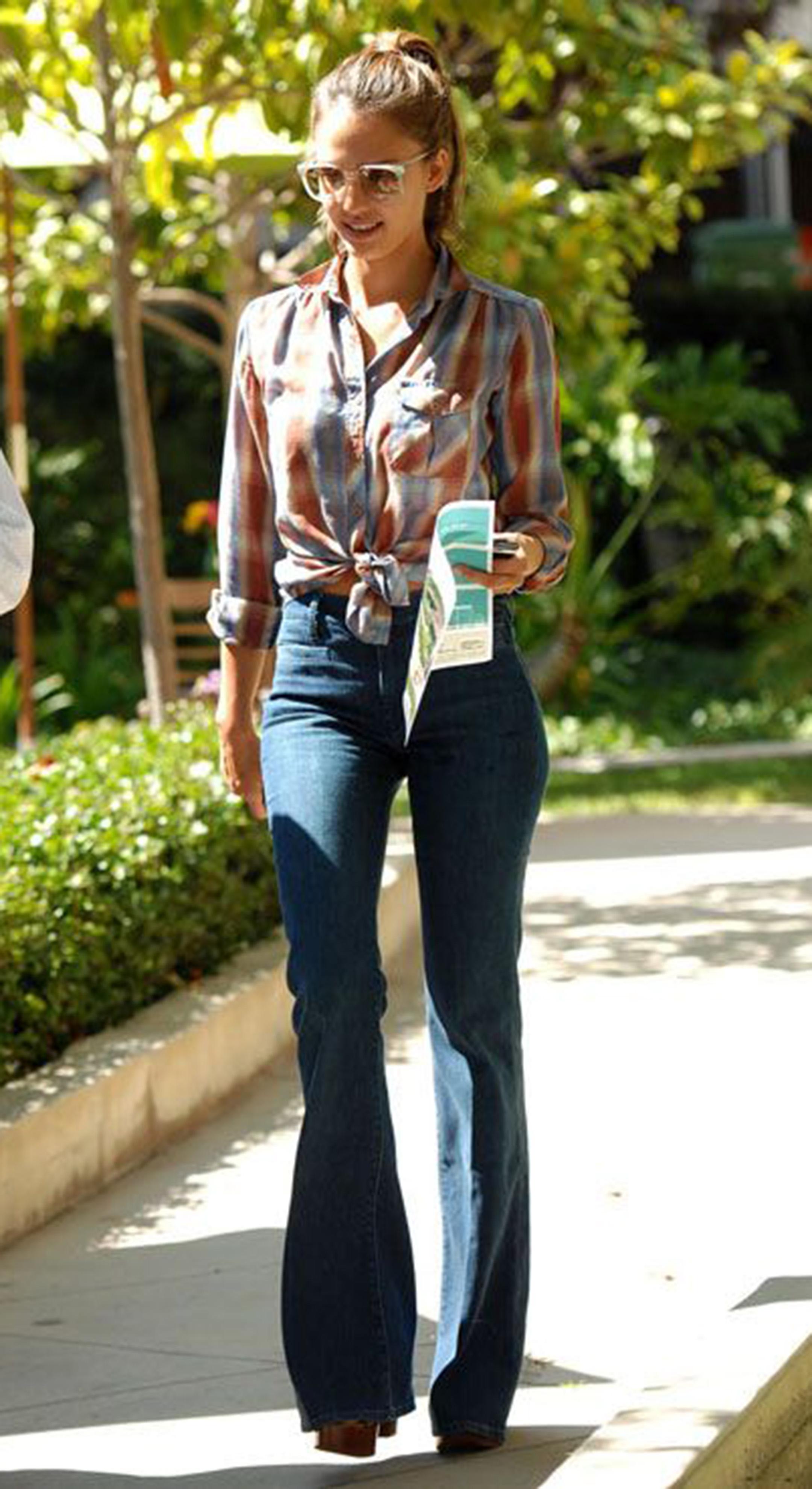 pantaloni-zampa-styleshouts-jeans-jessica-alba
