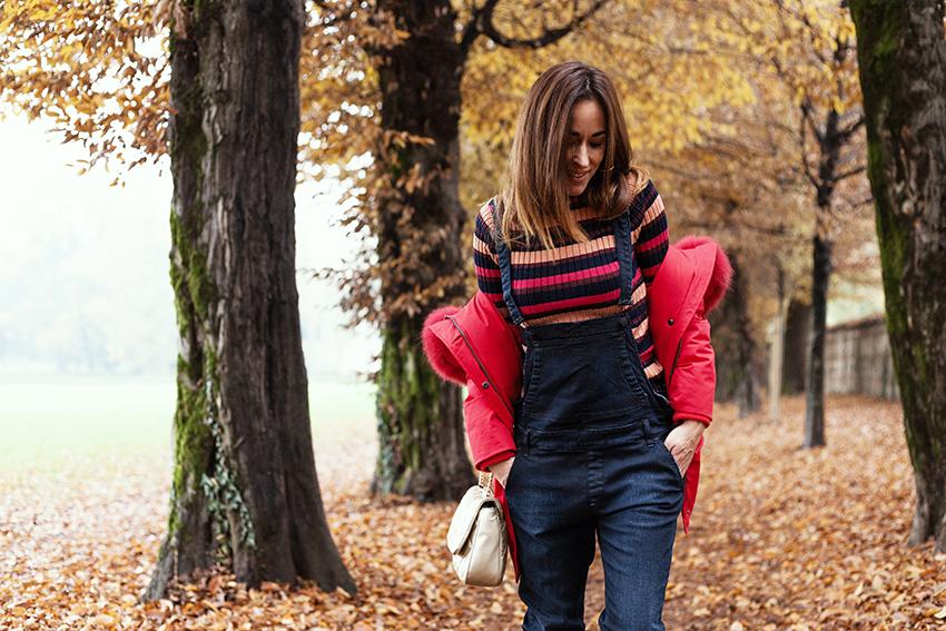 indossare_maglione_righe_sotto_salopette