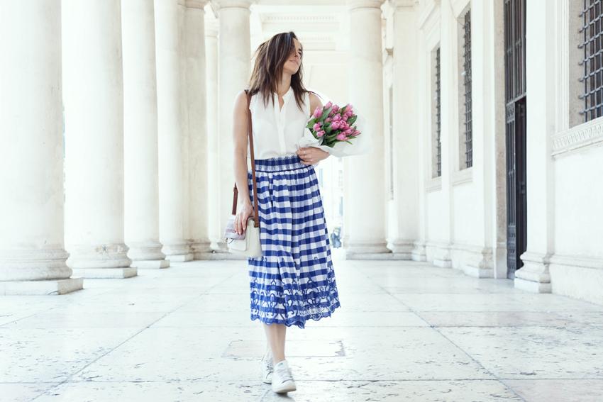 look-romantico-camicetta-bianca-gonna-quadri