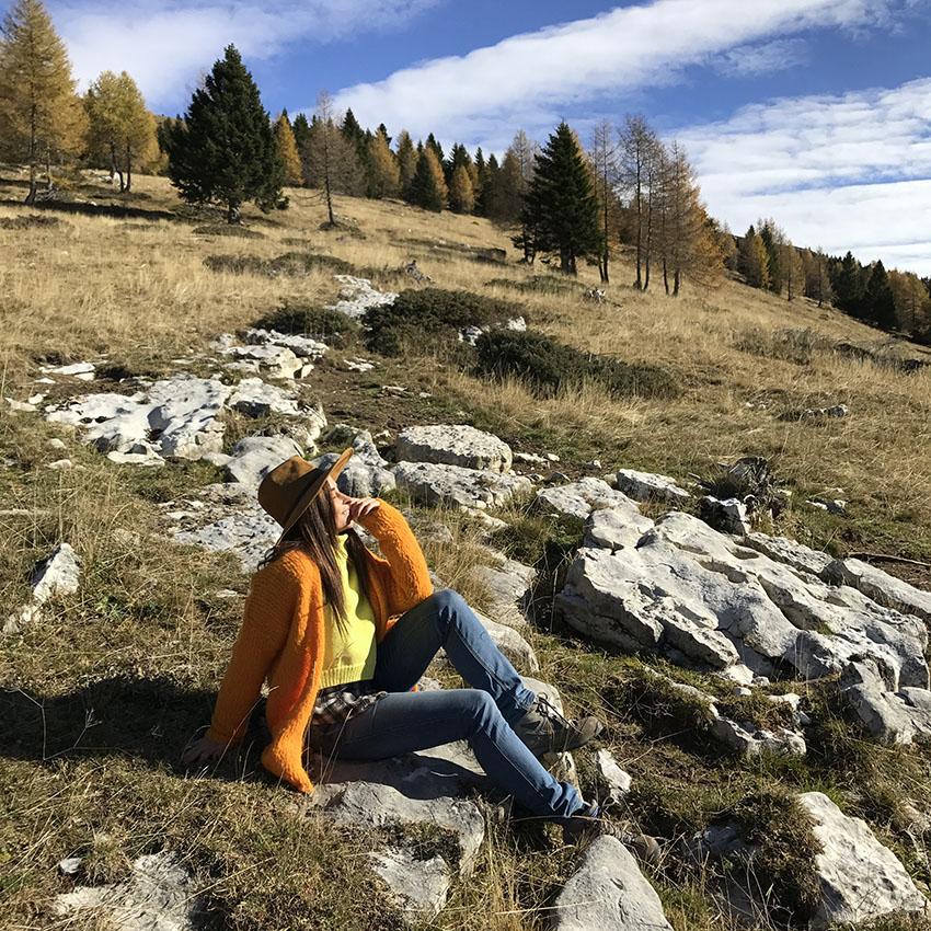 alessia_canella_look_maglione_arancione_giallo