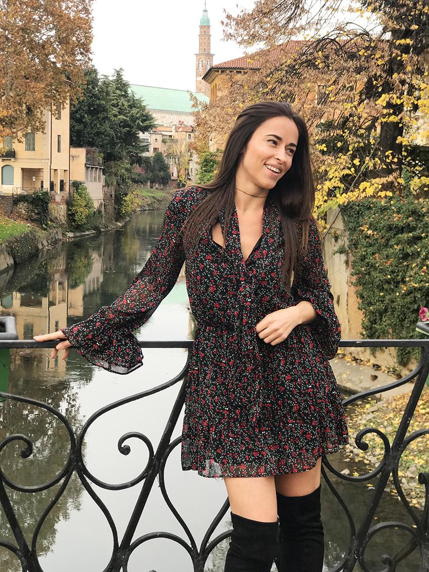 look_autunno_vestito_stivali_alti