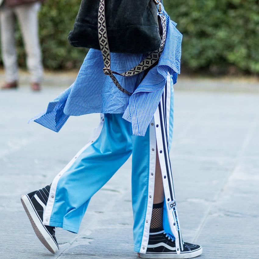 moda_pantaloni_tuta_aperti_lato