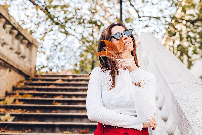 alessia-canella-blogger-styleshouts-orologio-fossil-ibrido-come-abbinare-outfit-invernale-pantaloni-rossi-e-cappotto-rosso