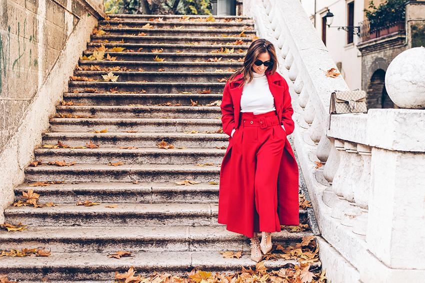 style-shouts-styleshouts-blogger-outfit-invernale-con-il-rosso-come-abbinare-capi-rossi-cappotto-pantaloni-gucci-orologio-fossil-digitale-da-polso
