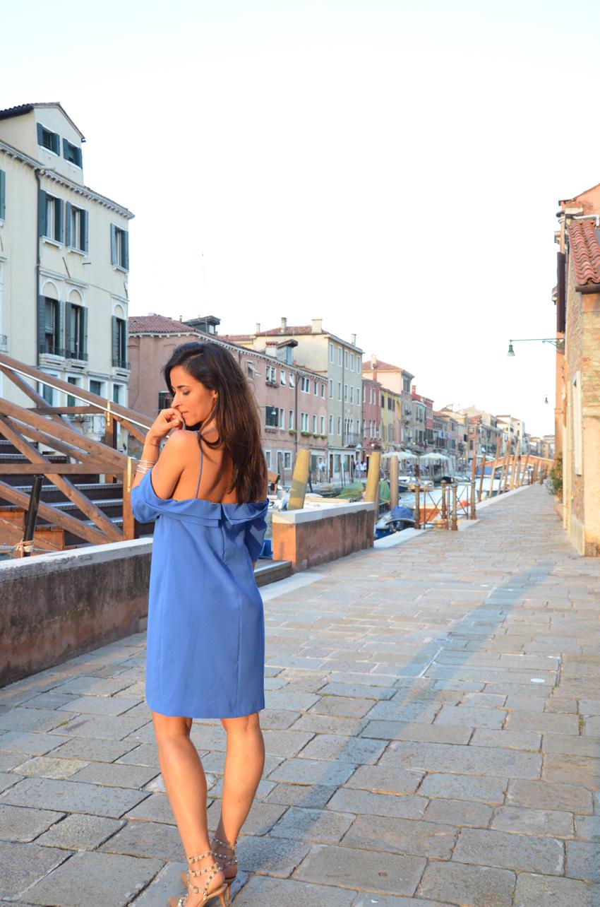 abito-romantico-elegante-blu
