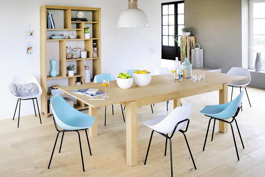 Sala da pranzo con arredi in legno chiaro aiutano a rendere la stanza più luminosa