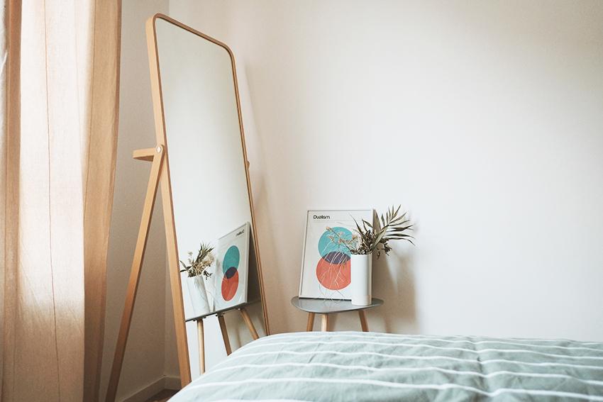 Specchio da letto in legno in camera da letto rende la stanza più luminosa