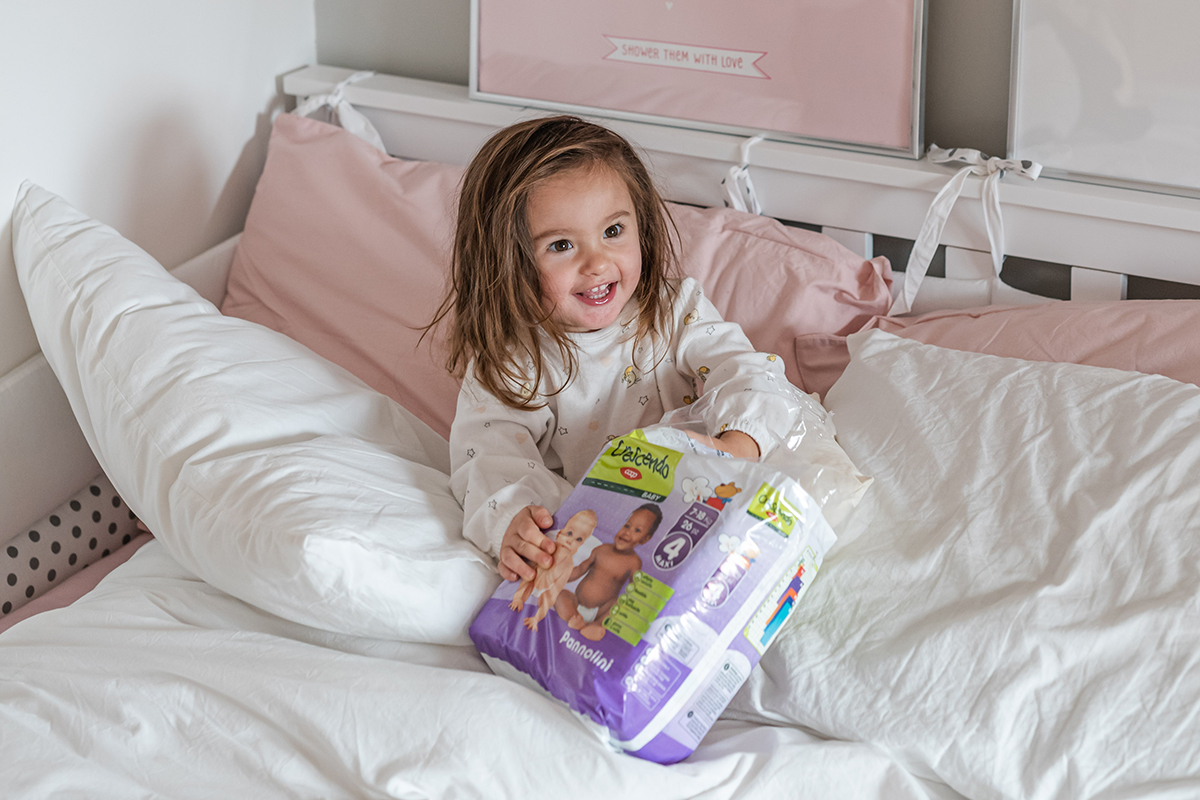 Beatrice con un pacco di pannolini della linea Crescendo Baby di COOP