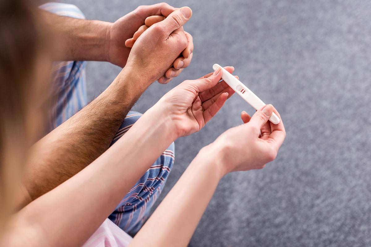 Genitori controllano test di gravidanza