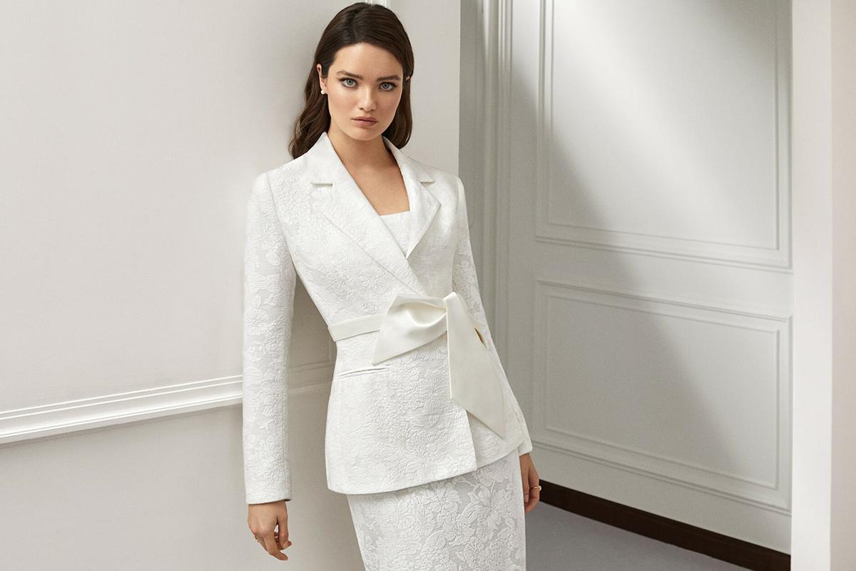 Giovane sposa indossa un abito per matrimonio in inverno