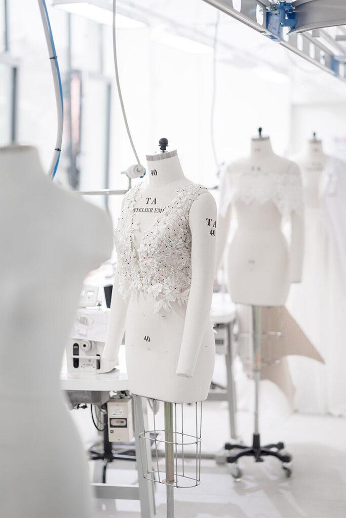 Produzione di un abito da sposa per matrimonio in inverno