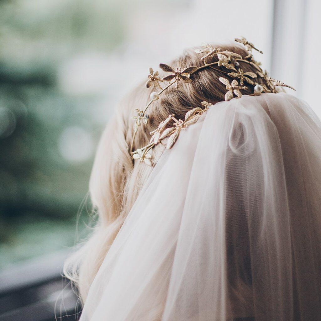 Dettaglio velo da sposa corto per matrimonio in inverno