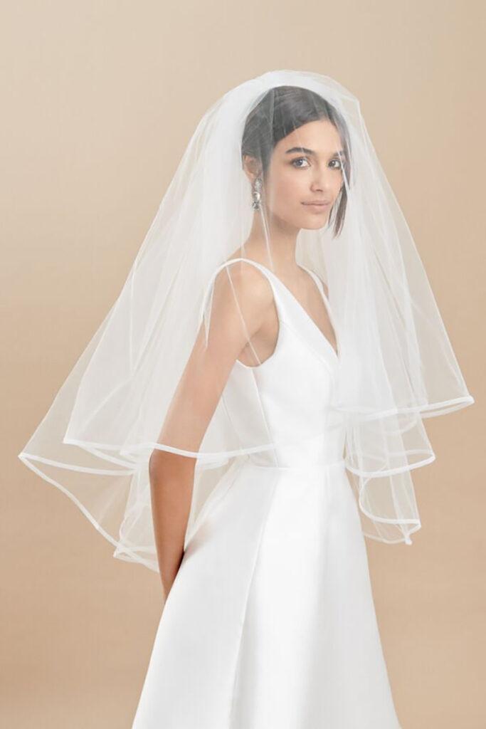Sposa con velo da sposa medio