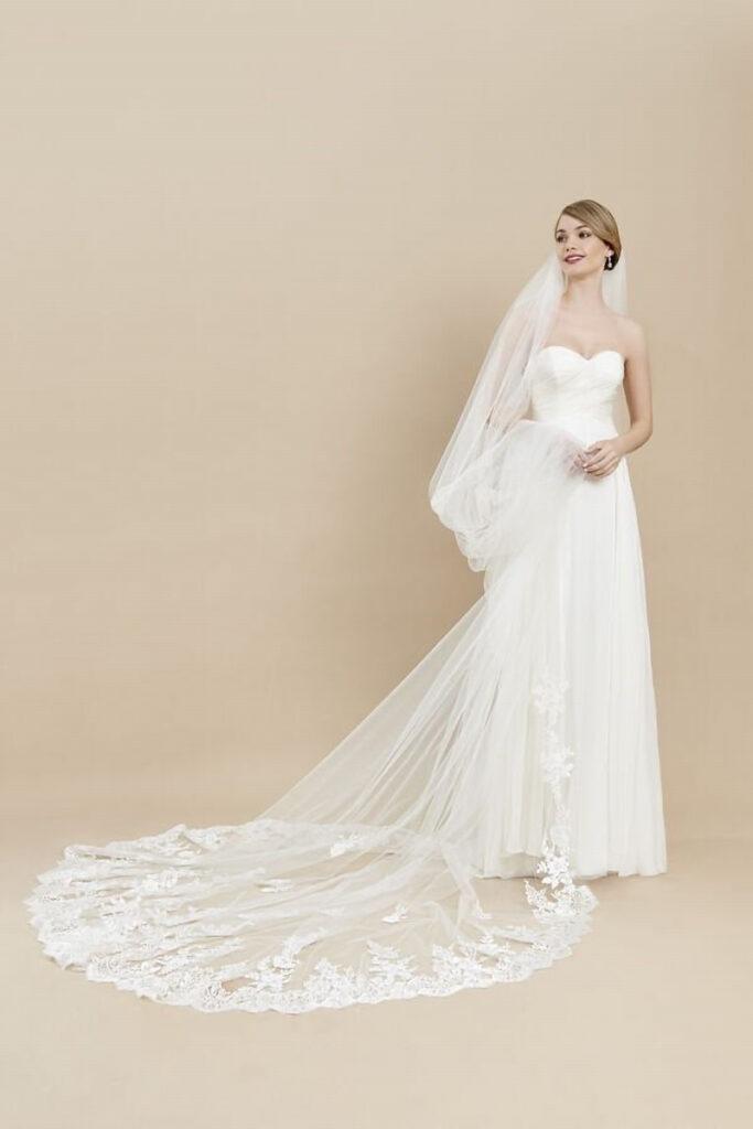 Sposa con velo da sposa lungo